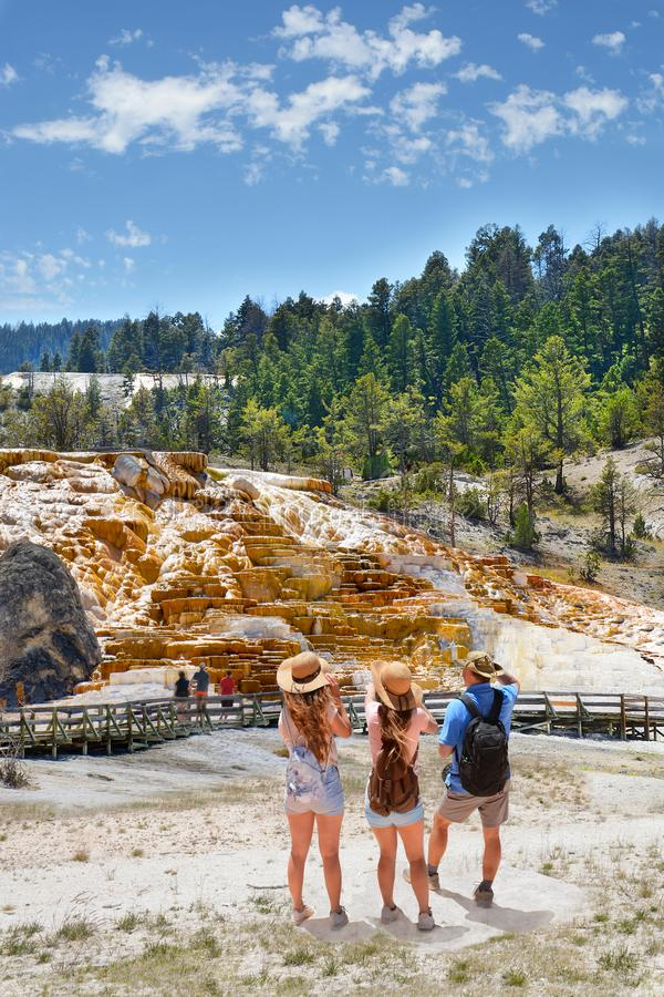 Famiglia che fa un giro turistico sull'estate che fa un'escursione vacanza fotografia stock