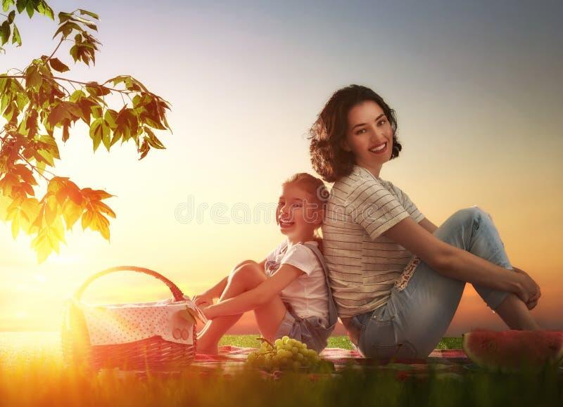 Famiglia che fa un picnic insieme immagine stock
