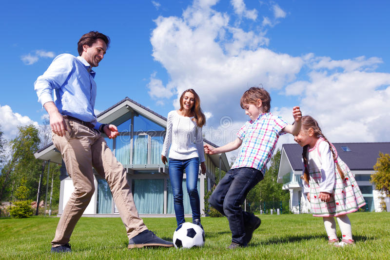 Famiglia che gioca gioco del calcio fotografia stock libera da diritti