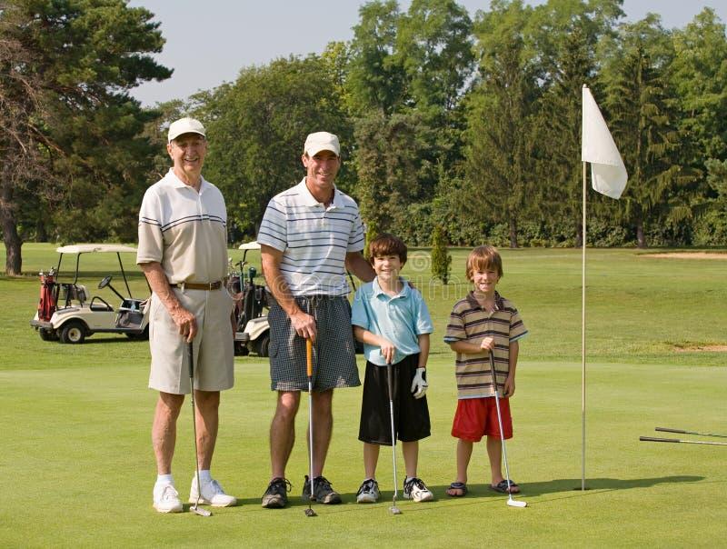 Famiglia che gioca golf