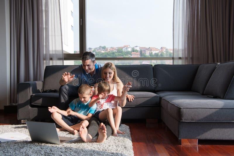 Famiglia che gioca insieme al computer portatile fotografia stock