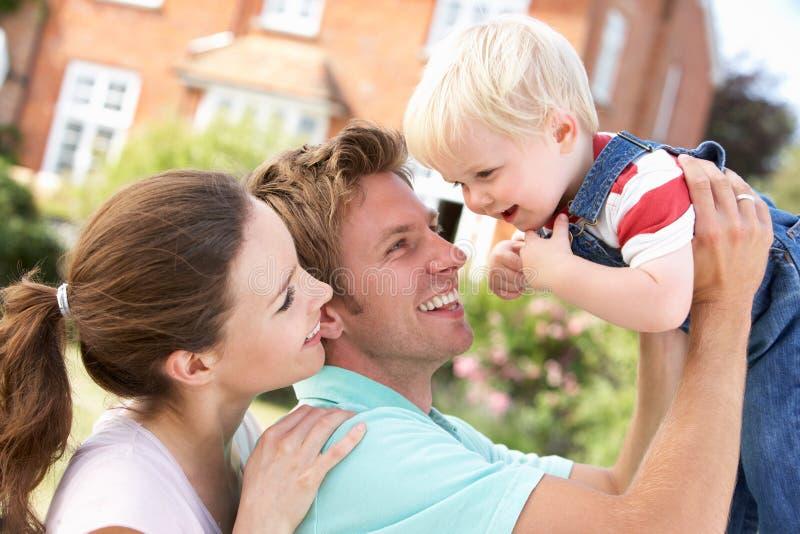 Famiglia che gioca insieme nel giardino nel paese immagine stock