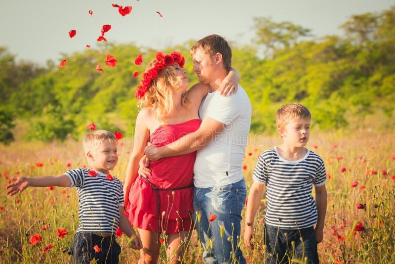 Famiglia che gioca sul prato fotografia stock