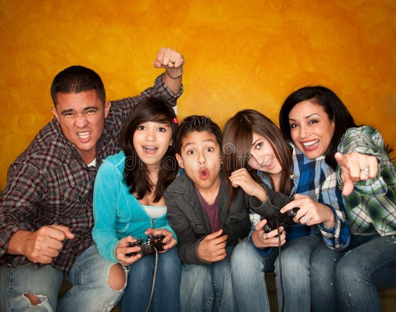 Famiglia che gioca un video gioco fotografie stock libere da diritti