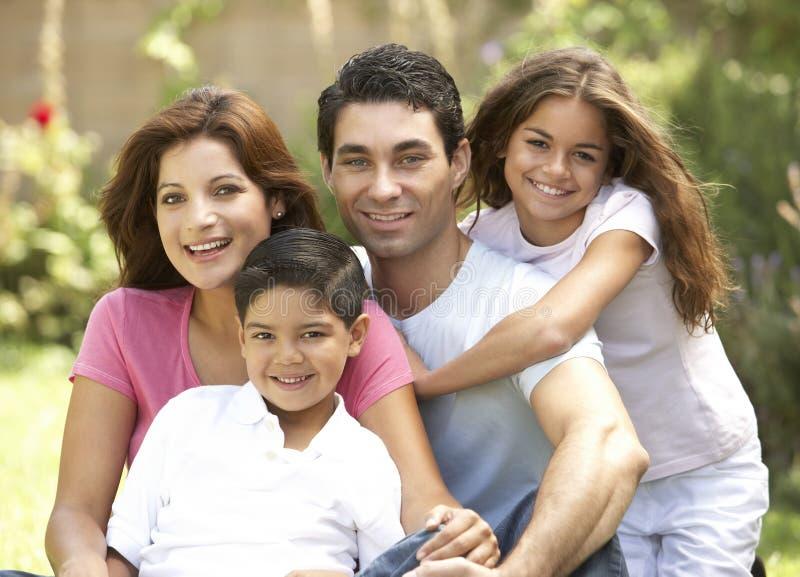 Famiglia che gode del giorno in sosta immagini stock libere da diritti