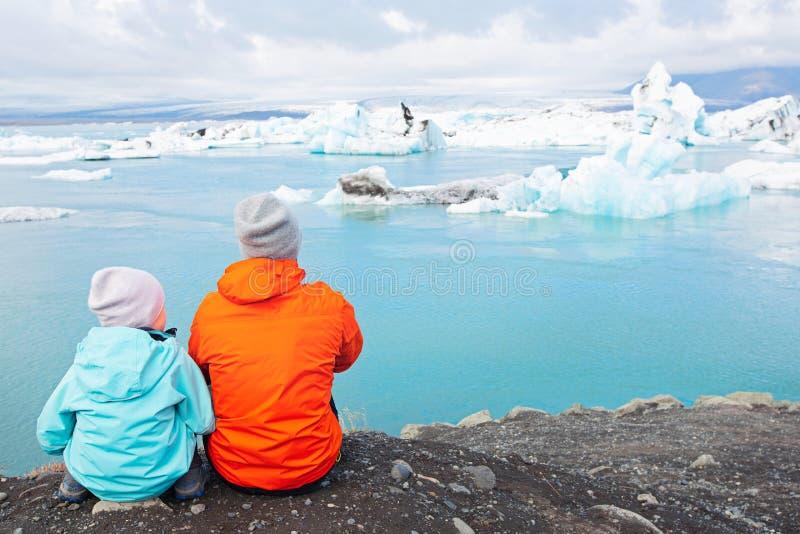 Famiglia che gode dell'Islanda fotografia stock libera da diritti