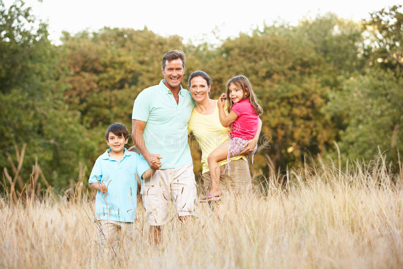 Famiglia che gode della camminata in sosta fotografia stock