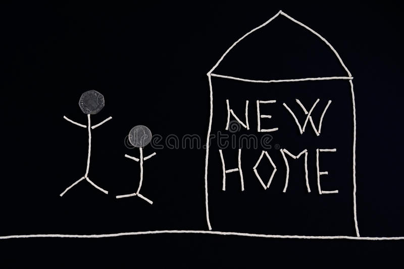 Famiglia che gode di nuova casa, concetto insolito immagini stock
