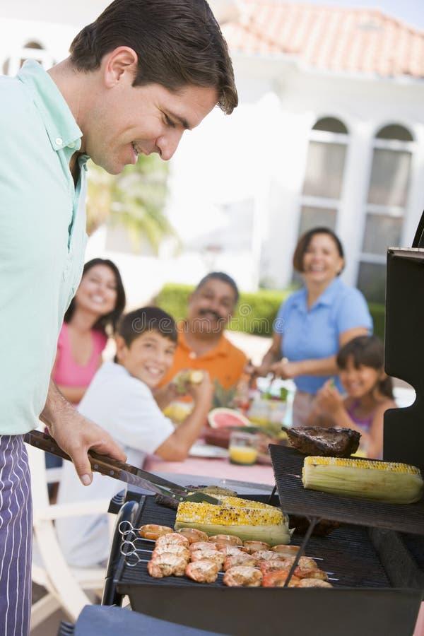 Famiglia che gode di un barbecue fotografia stock