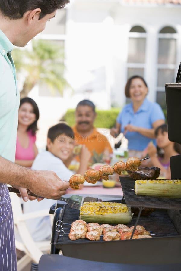Famiglia che gode di un barbecue immagine stock