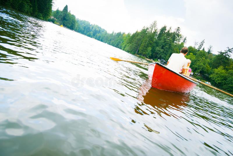 Famiglia che gode di un viaggio della barca fotografia stock