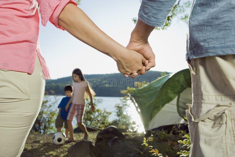 Famiglia che gode di un viaggio di campeggio fotografia stock