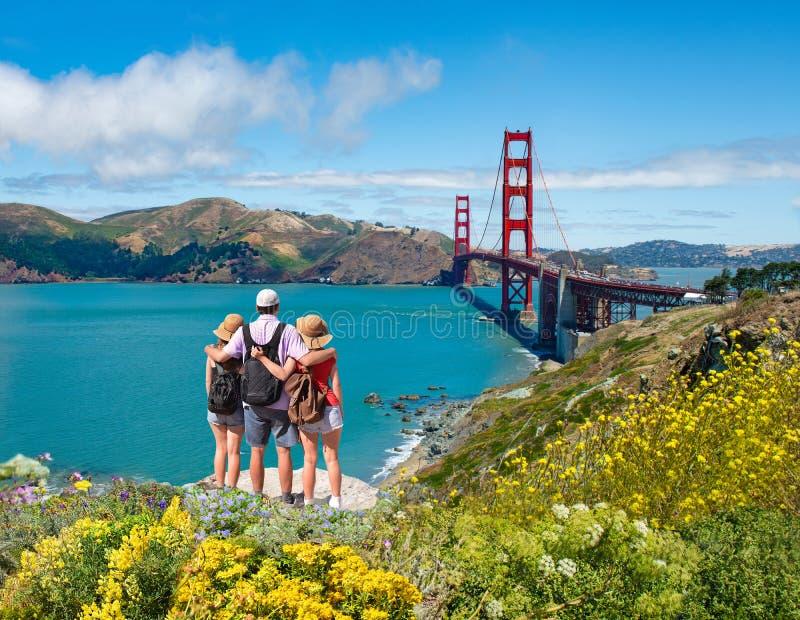 Famiglia che gode insieme del tempo sulla vacanza che fa un'escursione viaggio immagine stock libera da diritti