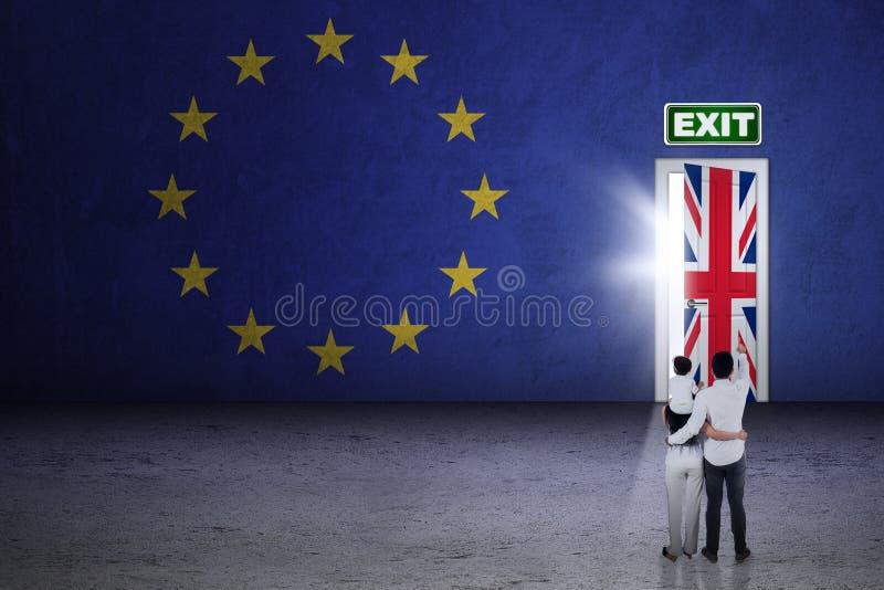Famiglia che guarda alla porta del brexit fotografia stock libera da diritti