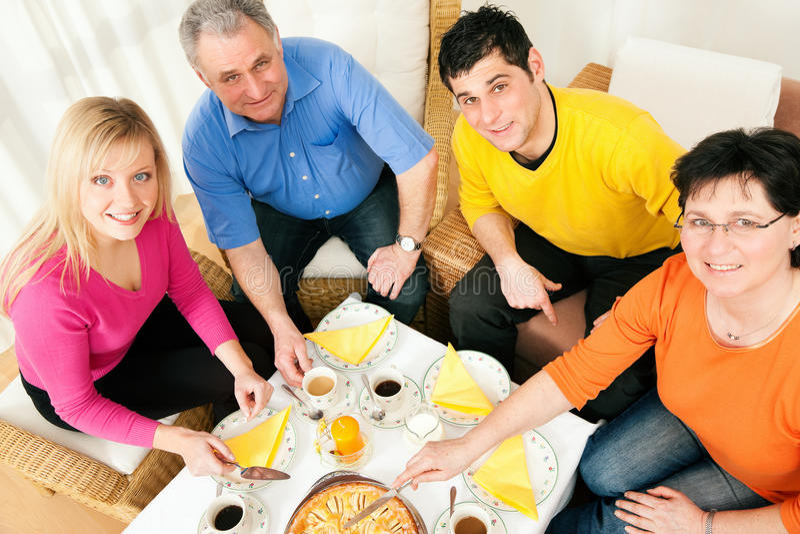 Famiglia che ha caffè e torta insieme immagine stock libera da diritti