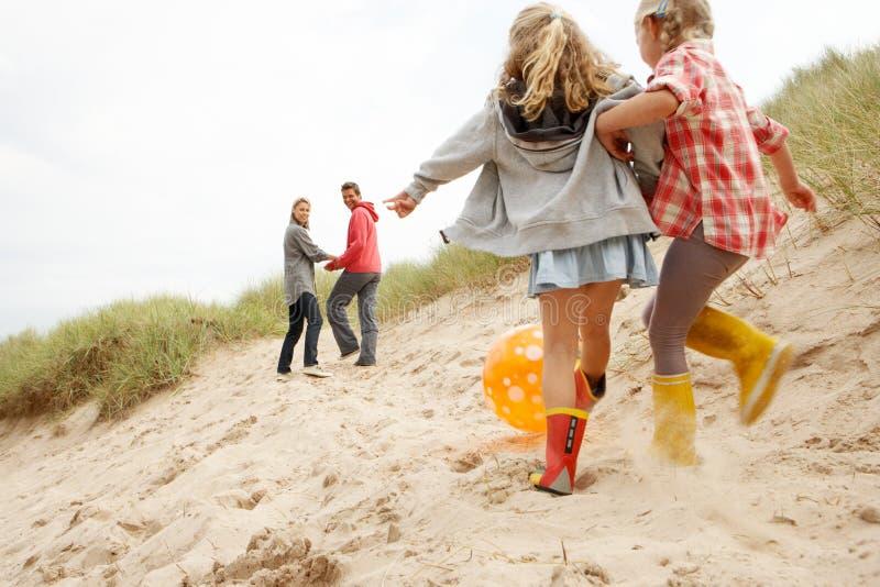 Famiglia che ha divertimento sulla vacanza della spiaggia immagine stock