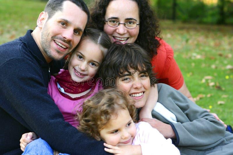 Famiglia che ha divertimento in una sosta esterna fotografie stock libere da diritti