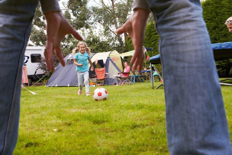 Famiglia che ha partita di calcio vacanza in campeggio fotografie stock libere da diritti