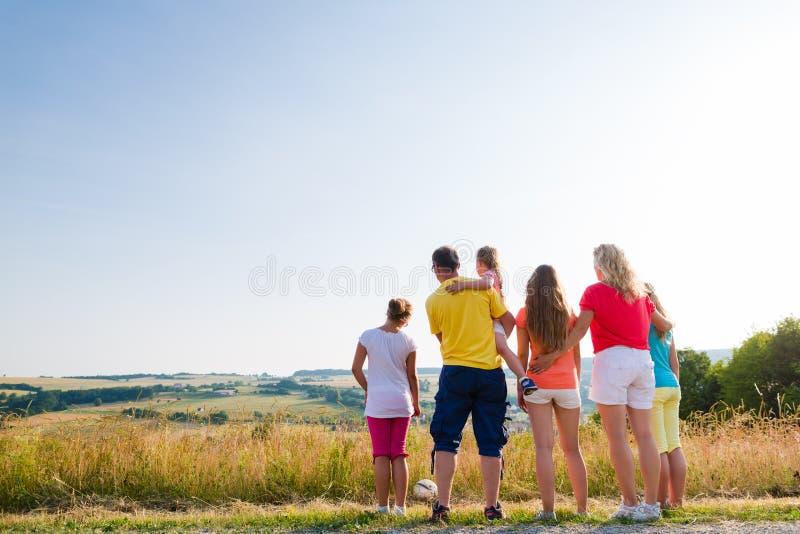Famiglia che ha passeggiata che esamina paesaggio della loro casa immagini stock libere da diritti