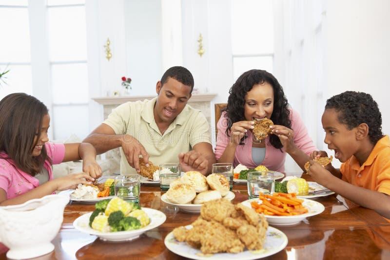 famiglia che ha pasto domestico immagini stock