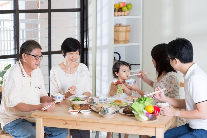 Famiglia che mangia a casa immagini stock