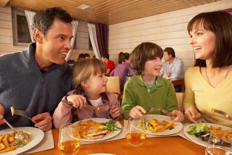 Famiglia che mangia insieme pranzo nel ristorante fotografie stock