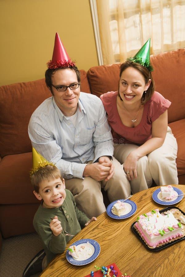 Famiglia che mangia la torta di compleanno. fotografia stock libera da diritti