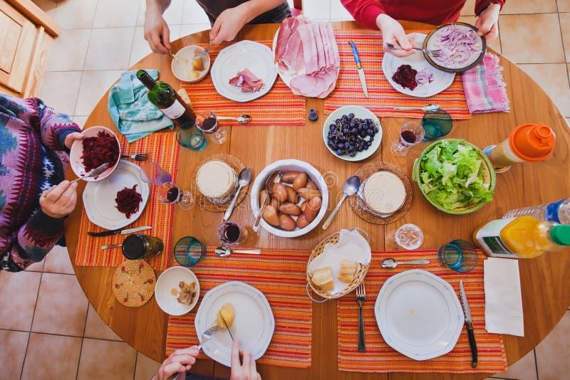 Famiglia che mangia pranzo a casa, vista superiore della tavola immagini stock libere da diritti