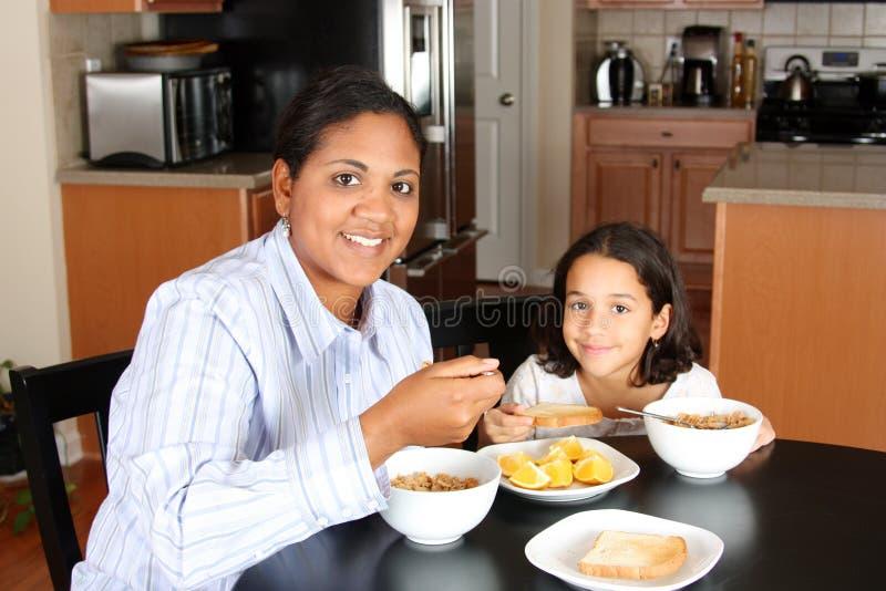 Download Famiglia Che Mangia Prima Colazione Fotografia Stock - Immagine di aranci, americano: 7313294