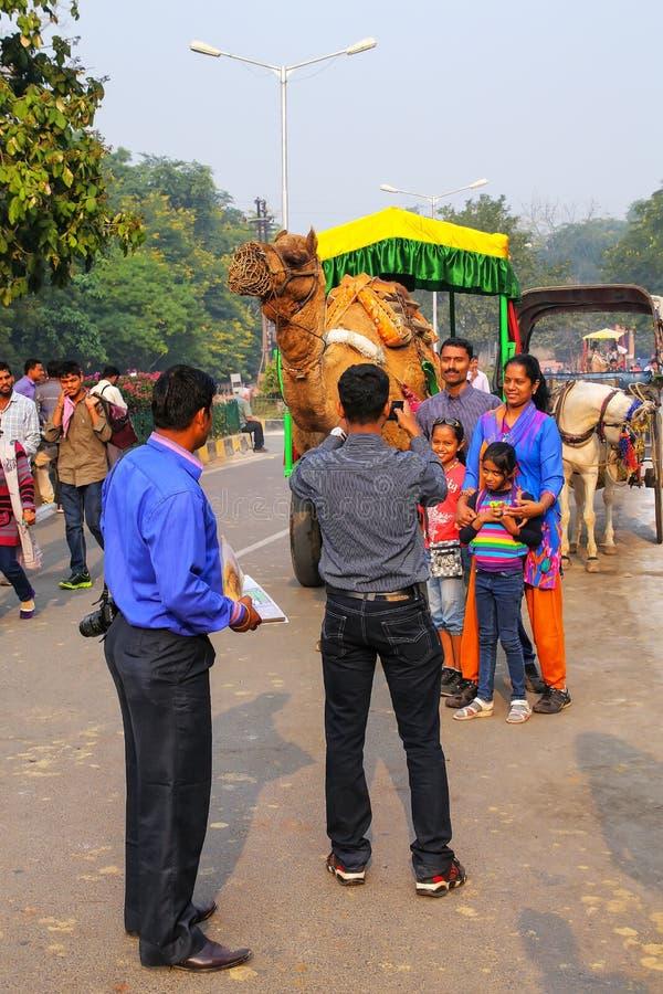 Famiglia che posa per una foto nella vicinanza di Taj Ganj di Agra, Utta fotografie stock libere da diritti