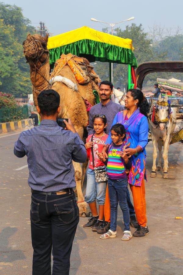Famiglia che posa per una foto nella vicinanza di Taj Ganj di Agra, Utta fotografia stock