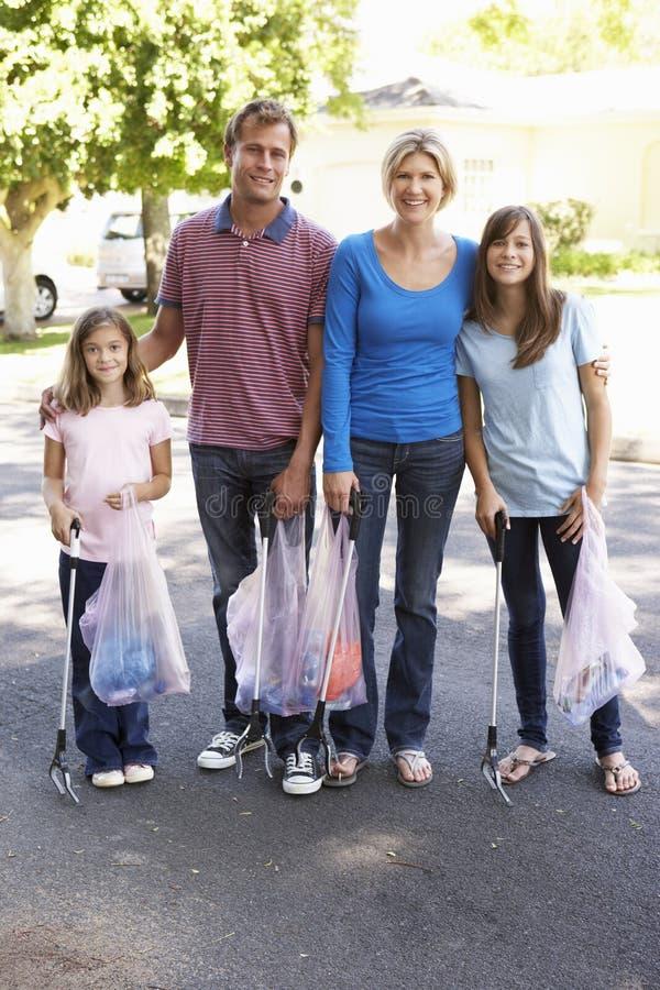 Famiglia che prende lettiera in via suburbana fotografie stock libere da diritti