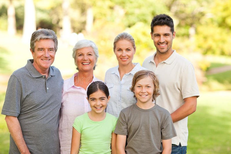 Famiglia che propone nella sosta immagini stock
