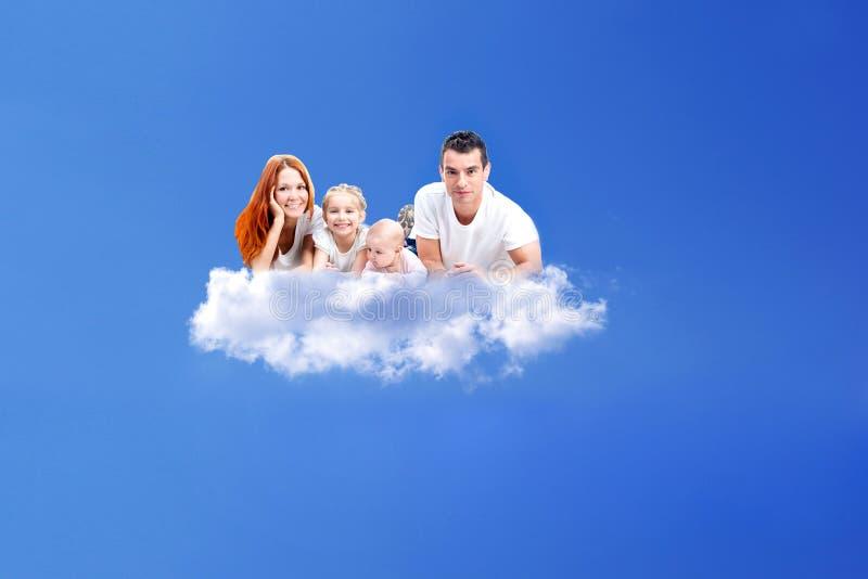 Famiglia che riposa su una nuvola immagine stock libera da diritti