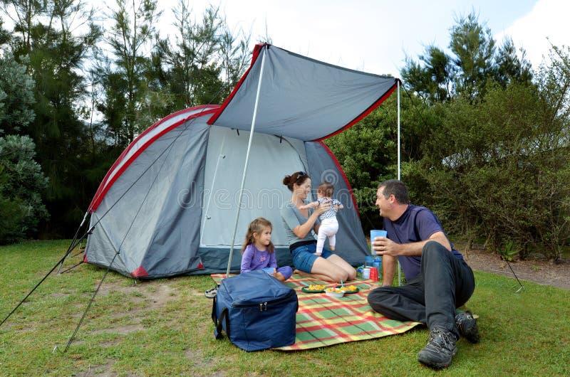 Famiglia che si accampa in una tenda all'aperto fotografia stock