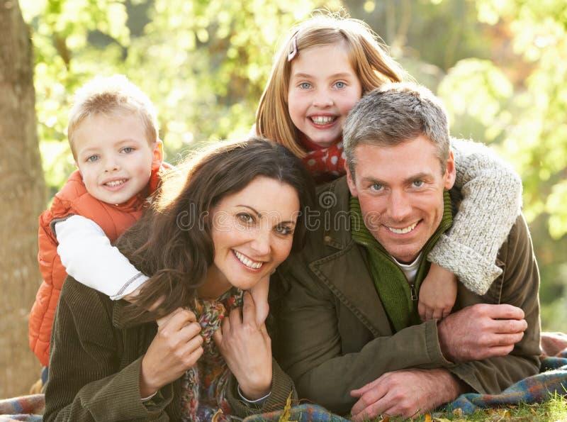 Famiglia che si distende all'aperto nel paesaggio di autunno fotografie stock libere da diritti