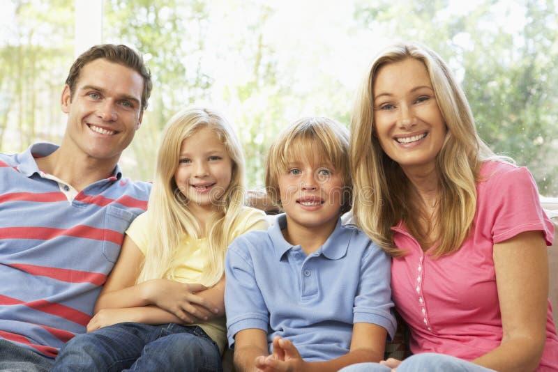 Famiglia che si distende nel paese insieme immagini stock
