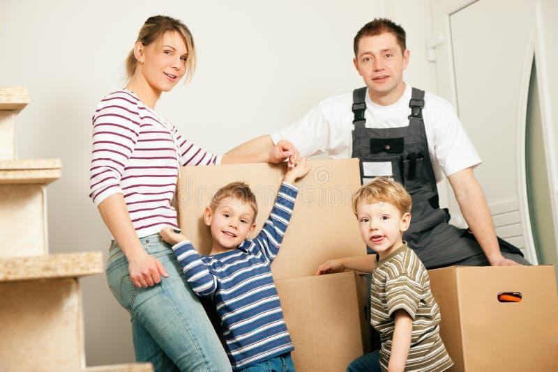 Famiglia che si muove nella loro nuova casa immagine stock libera da diritti