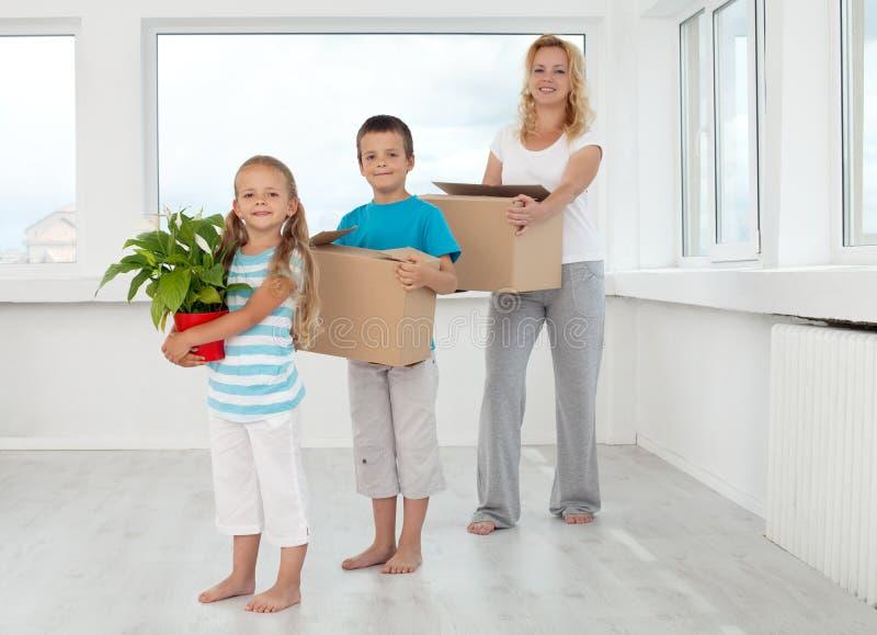 Famiglia che si muove in una nuova casa immagine stock