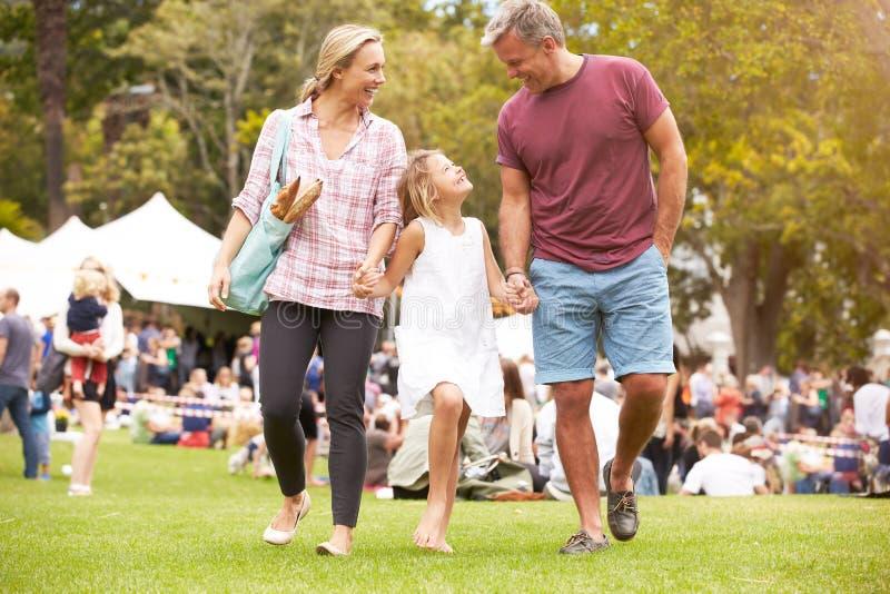 Famiglia che si rilassa all'evento all'aperto di estate fotografia stock