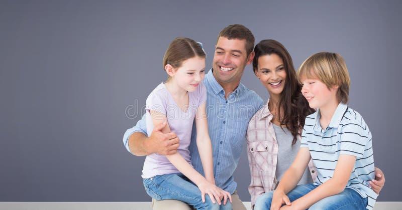 Famiglia che si siede insieme al fondo porpora fotografia stock libera da diritti