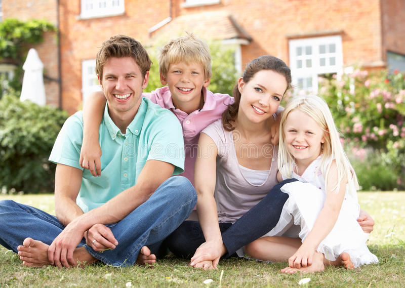 Famiglia che si siede insieme nel giardino immagini stock libere da diritti