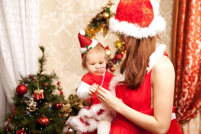 Famiglia che si siede intorno all'albero di Natale Mamma e bambino nel Ne fotografia stock libera da diritti