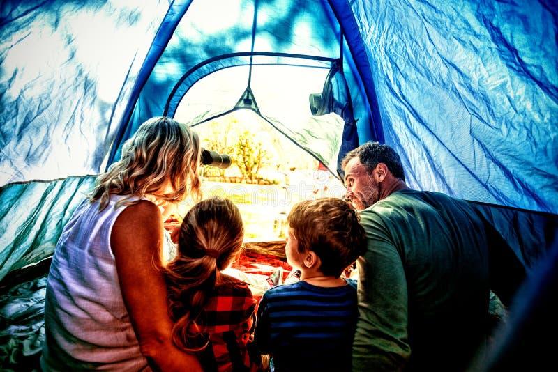 Famiglia che si siede nella tenda immagini stock