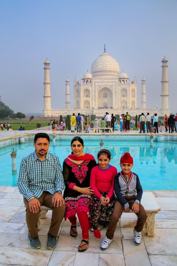 Famiglia che si siede su un banco al complesso di Taj Mahal a Agra, PR di Uttar fotografie stock