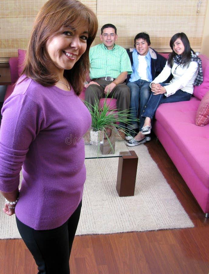 Famiglia che si siede su un sofà fotografie stock