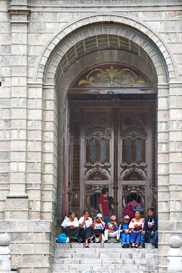 Famiglia che si siede sui punti della chiesa fotografia stock