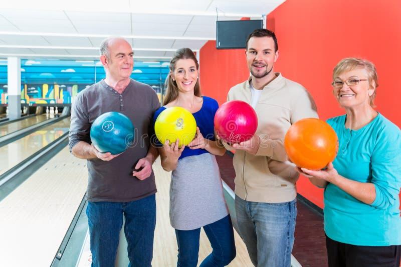 Famiglia che tiene palla da bowling fotografia stock libera da diritti