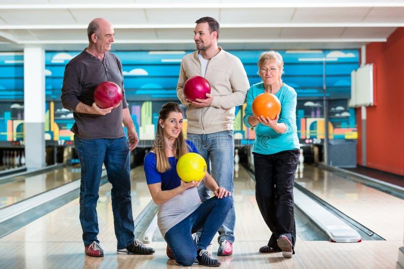 Famiglia che tiene palla da bowling variopinta fotografia stock