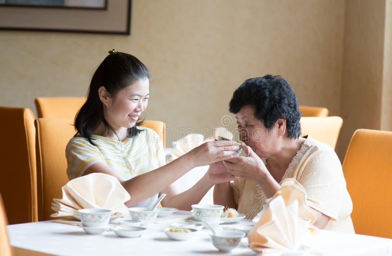 Famiglia cinese asiatica che ha pasto fotografia stock